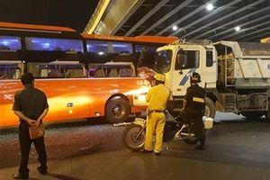 Xe khách va chạm với xe ben, hành khách hoảng hốt kêu cứu