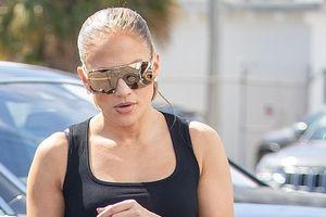 Jennifer Lopez phô dáng 'bốc lửa' ở tuổi 49