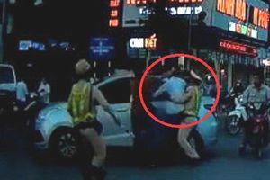 Clip: Lôi tuýp nước định đánh người sau va chạm, tài xế taxi bị CSGT khống chế