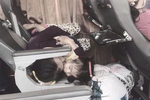 2 bà cháu ôm nhau ngủ trên 'chiếc giường' lạ, bức ảnh khiến nhiều người rưng rưng nước mắt