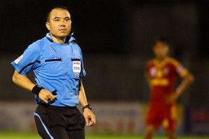 Trọng tài Phùng Đình Dũng bị cầu thủ Myanmar gây sức ép