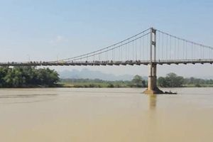 Nữ sinh lớp 10 bỏ lại cặp, gieo mình xuống sông Lam tự tử