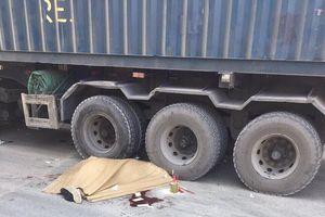 Hà Nội: Sau va chạm với ô tô, 2 người đi xe máy thương vong