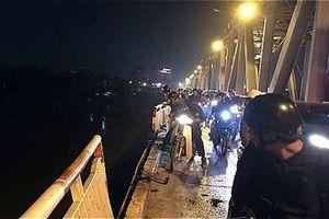 Hiện trường vụ ôtô 4 chỗ lao từ cầu Chương Dương xuống sông Hồng, lực lượng cứu hộ tìm kiếm trong đêm