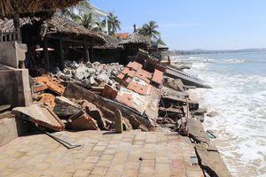 Triều cường gây sạt lở nghiêm trọng bờ biển Mũi Né