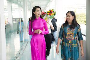 Phan Thị Mơ giản dị về thăm trường cũ, trao học bổng 50 triệu đồng