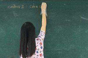 Bức ảnh cô giáo đeo găng tay khi giảng gây bão mạng và dòng 'caption' khiến ai cũng ngạc nhiên