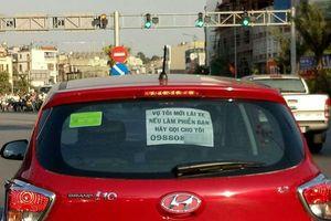 Dòng chữ 'vợ tôi mới lái xe, nếu có làm phiền bạn hãy gọi cho tôi' gây sốt mạng xã hội