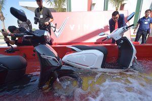 Xe máy điện VinFast Klara có thể lội dễ dàng trong nước sâu 0,5 mét