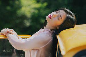 Thu Hằng gợi ý chọn váy tiểu thư tuyệt đẹp để chụp hình ảo diệu giữa nắng thu hanh vàng