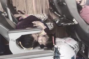 Rưng rưng hình ảnh hai bà cháu ôm nhau nằm co quắp trên hàng ghế xe khách