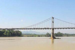Nữ sinh lớp 10 bất ngờ bỏ lại cặp sách giữa cầu rồi nhảy sông tự tử