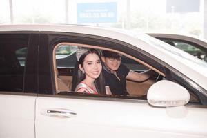 Nam vương Hải Quân lái xe sang đón Hoa hậu Du lịch Huỳnh Vy tại sân bay