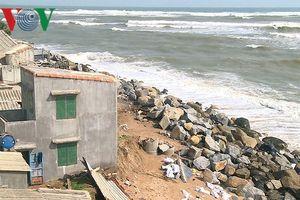 Triều cường, sóng lớn uy hiếp khu dân cư thành phố Tuy Hòa