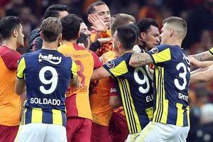 Cầu thủ Galatasaray và Fenerbahce loạn đả trong trận derby Instanbul