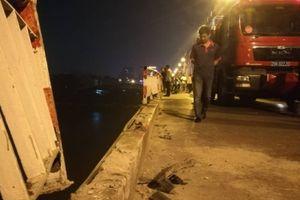 Ô tô rơi khỏi cầu Chương Dương, nghi vài người mắc kẹt trong xe