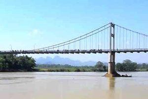 Bỏ lại cặp sách, nữ sinh nhảy cầu bắc qua sông Lam tự tử