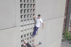 Hai chàng trai tự tay leo lên nóc tòa nhà cao tầng