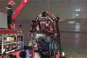 Toàn cảnh quá trình trục vớt chiếc Mercedes lao xuống sông Hồng khiến 2 người chết