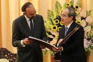 Thú vị hai món quà Bí thư TP.HCM tặng Thủ tướng Pháp