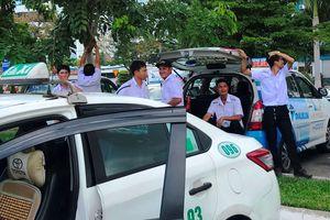 Hàng trăm tài xế taxi ngừng đón khách ở sân bay phản đối Grab
