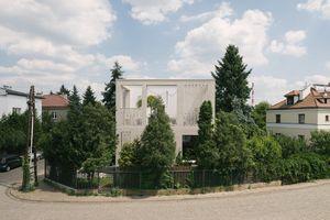 Nhà hình khối trắng tinh, nổi bần bật giữa phố đông