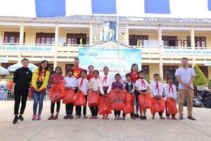 CLB Búp măng non mang yêu thương đến với các học sinh huyện A Lưới