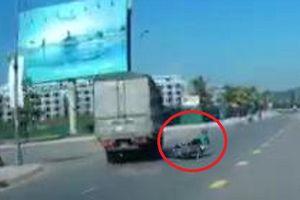 Tài xế xe tải đánh lái 'xuất thần', cứu mạng người phụ nữ như phim hành động