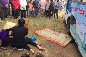 Đang qua đường 2 vợ chồng bị xe buýt cán tử vong thương tâm