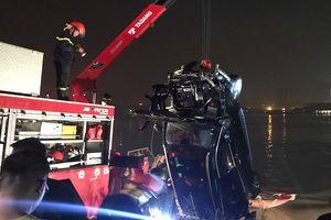 Tìm thấy xe Mercedes lao xuống sông Hồng, 2 người đã chết