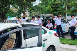 Tài xế 8 hãng taxi ngưng đón khách sân bay Đà Nẵng để phản đối Grab
