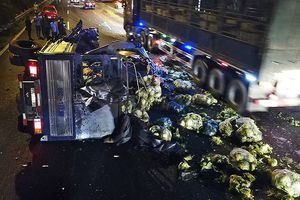 Hiện trường vụ xe tải chở rau lật trên đại lộ Thăng Long trong đêm