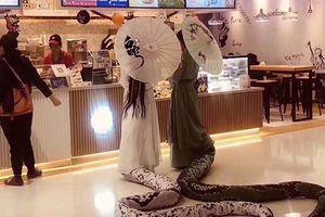 2 cô gái hóa trang Thanh Xà, Bạch Xà gây náo loạn trung tâm thương mại