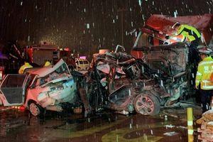Trung Quốc: Xe tải tông liên tiếp 31 xe, 15 người chết