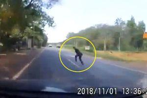 Clip: 'Thót tim' với cảnh người đàn ông qua đường lao thẳng vào đầu ô tô