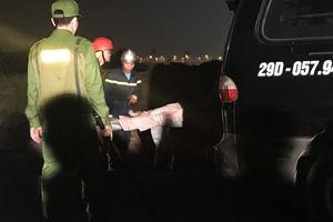 Clip: Tìm thấy 2 thi thể trong vụ xe ôtô đâm gãy lan can cầu Chương Dương lao xuống sông Hồng