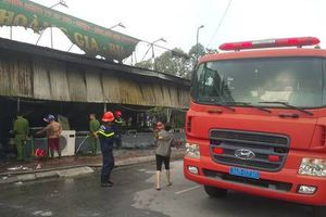 Hải Dương: Nhà hàng gà Hoàng Gia bốc cháy dữ dội, toàn bộ tài sản bị thiêu rụi