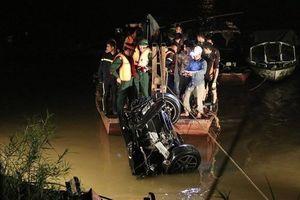 Người cầm lái chiếc xe Mercedes lao xuống sông Hồng là cô gái 22 tuổi
