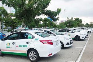Nhiều tài xế taxi tụ tập không chở khách tại sân bay quốc tế Đà Nẵng
