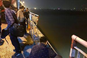 Đang tiếp tục tìm kiếm một nạn nhân nữa trong vụ ô tô rơi xuống cầu Chương Dương (Hà Nội)