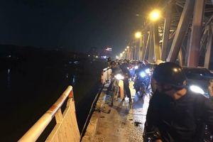 Ô tô húc đổ thành cầu Chương Dương lao xuống sông Hồng