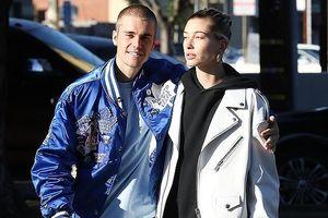 Justin Bieber điển trai, tươi cười khoác vai Hailey Baldwin dạo phố