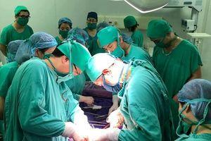 10 thầy thuốc hiến máu cấp cứu sản phụ bị tai biến sau sinh