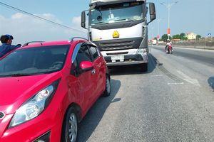 Xe tải kéo lê xế hộp 20 mét, lái xe 'thót tim' trong ca bin