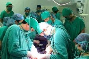 Tám lít máu và đêm trắng cấp cứu sản phụ bị đờ tử cung sau sinh