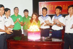 Ấm áp sinh nhật đồng đội