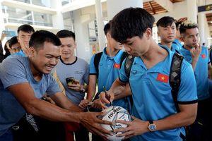 Đội tuyển Việt Nam đã có mặt ở Lào, bắt đầu chinh phục AFF Cup 2018