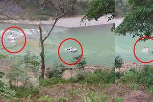 Ô tô bán tải bị nước suối cuốn trôi, hai người thoát chết
