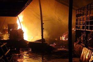 Bình Dương: Xưởng gỗ bốc cháy dữ dội, nhiều người tháo chạy tán loạn