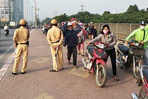 Hàng trăm người dắt xe máy ngược chiều trên phố Hà Nội để 'né' CSGT